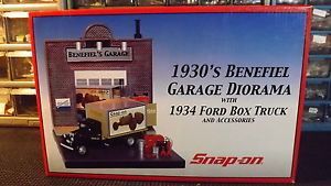 Snap on 1930's Benefiel Garage Dioramaw '34 Ford Box Truck and Accessories